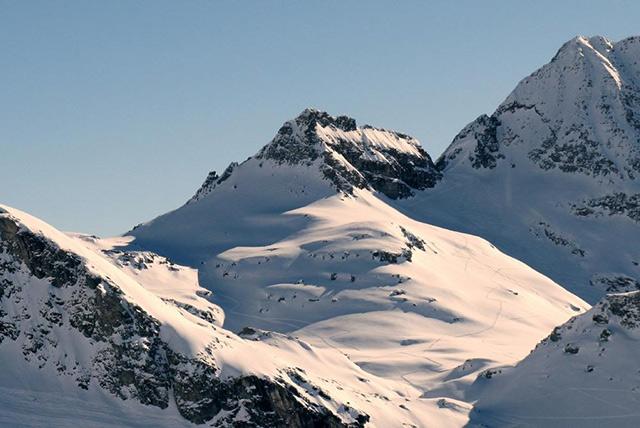 Vista del passo Civera (centro) e dell ampio colle Zube (SX)