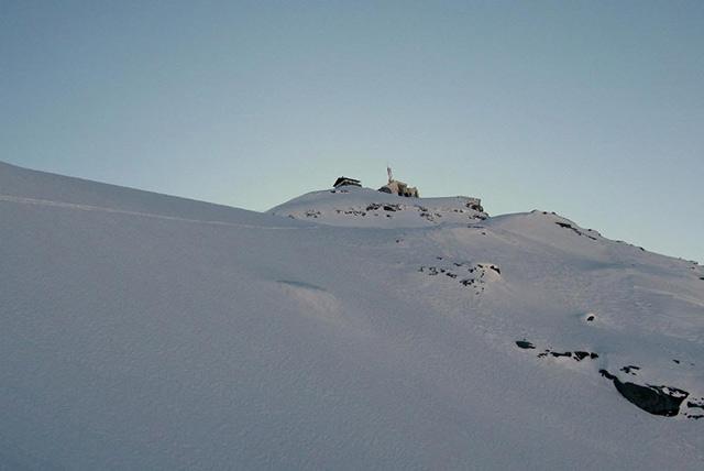 In discesa sul ghiacciaio, alle spalle vecchie costruzioni sul testa grigia